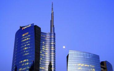 Banche, UniCredit rincorre Intesa. Crollano le ricerche su Google