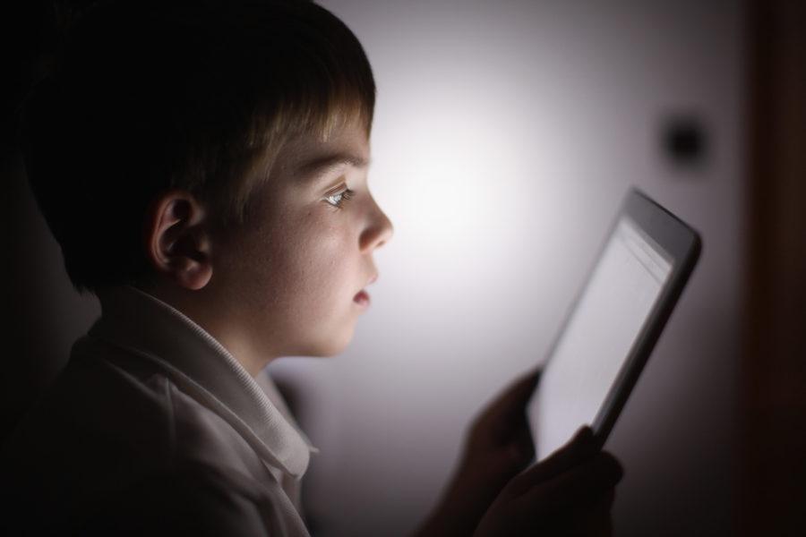 Bambini e adolescenti: rischi e danni dell'iperconnessione