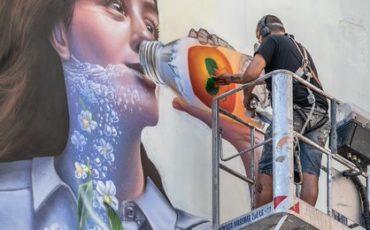 Tre writers per il murales Levissima che depura l'aria